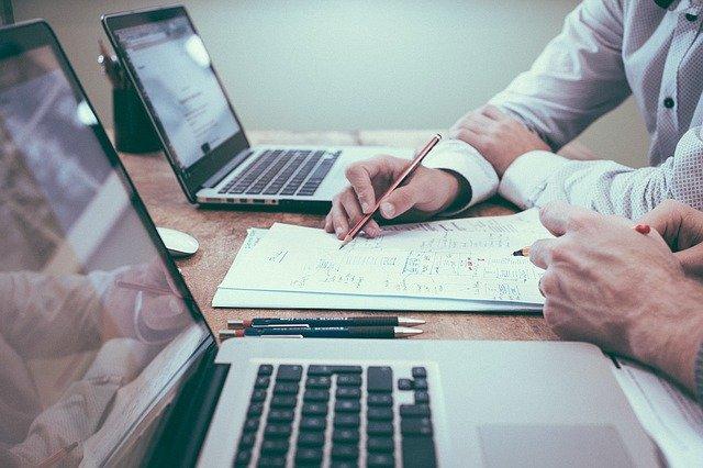 Jak scrum pomaga pracownikom zespołu projektowego?